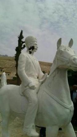 از انتقاد یکی از مسئولان استان تا تخریب مجسمه سردار اسعد بختیاری+ تصاویر